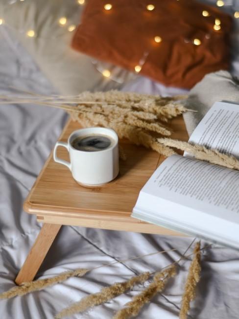 Holzablage auf dem Bett