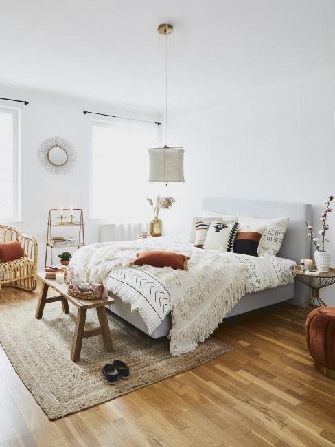 Schlafzimmer im Boho Look mit Holzmöbeln