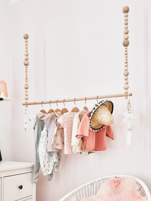 Kleiderstange hängt an der Decke im Kinderzimmer