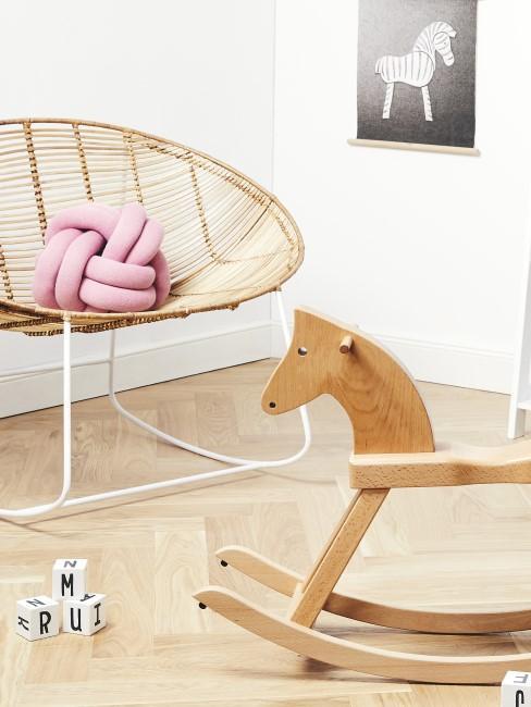 Schaukelpferd aus Holz und ein Rattan-Sessel