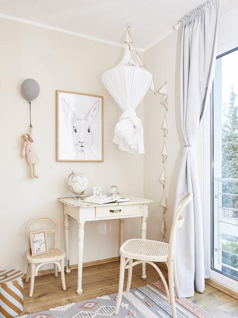 Kinderzimmer mit weißen Möbeln im Shabby Chic Look