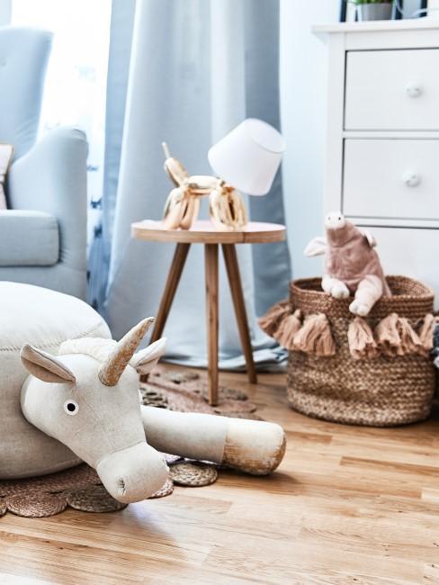 Spielzeug und Dekoration im Kinderzimmer
