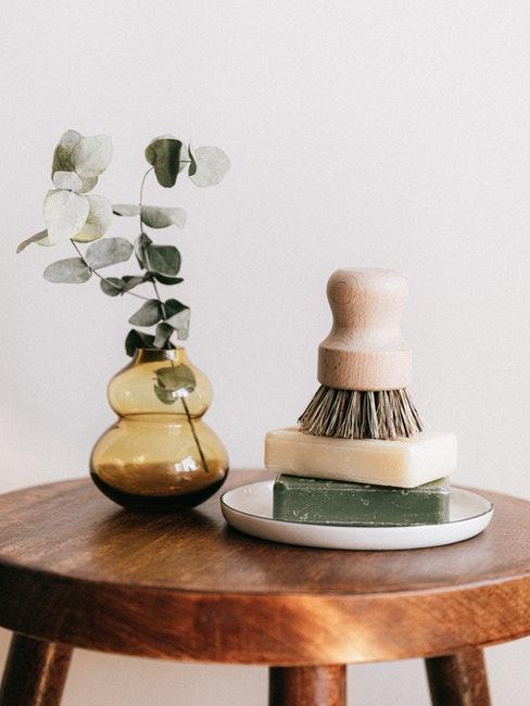 Holz ölen runder Tisch mit Vase und Seifen