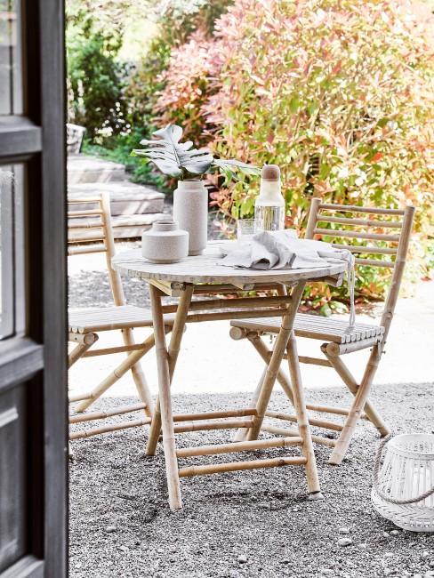 Gartenmöbel aus Holz auf einer Terrasse