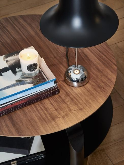 Runder Holztisch mit Lampe und Kerze drauf
