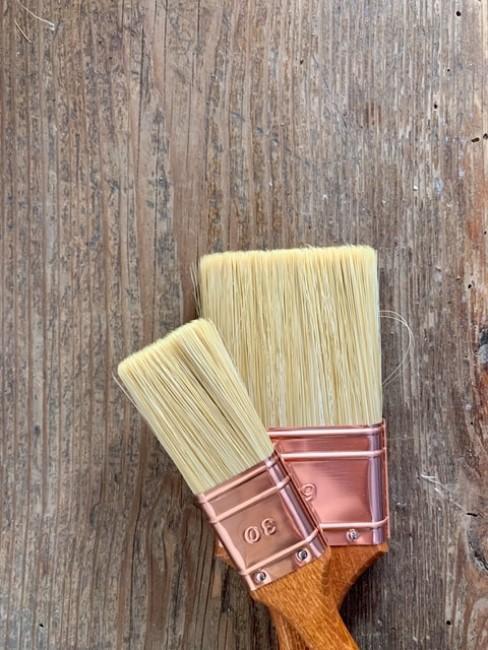 Holzoberfläche mit zwei Pinseln