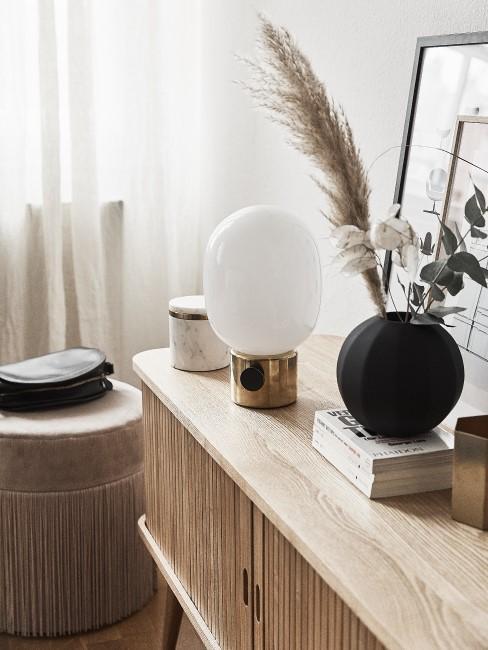 Helles Holz Sideboard mit Deko und Lampe