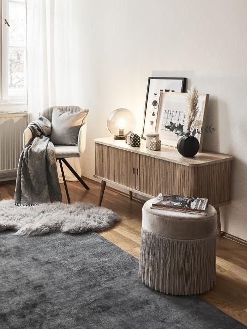 Sideboard aus Holz in grau eingerichtetem Raum