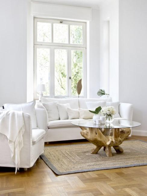Helles Wohnzimmer mit einem Couchtisch aus Holz