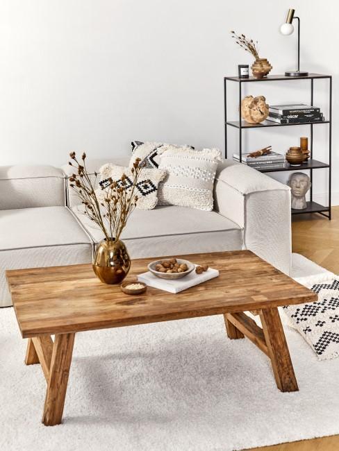 Couchtisch im Wohnzimmer aus Holz