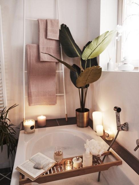 Im Badezimmer lehnt eine Holzleiter als Handtuchhalter