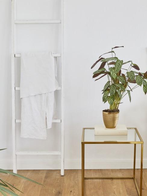 Weiße Holzleiter-Deko dient als Handtuchleiter