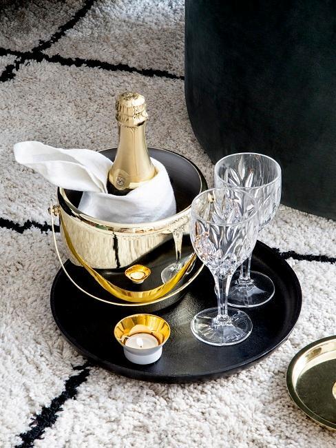 Champagnerflasche im Kühler und Gläser