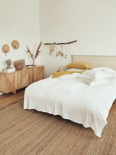 Boho Schlafzimmer mit einer hölzernen Kommode