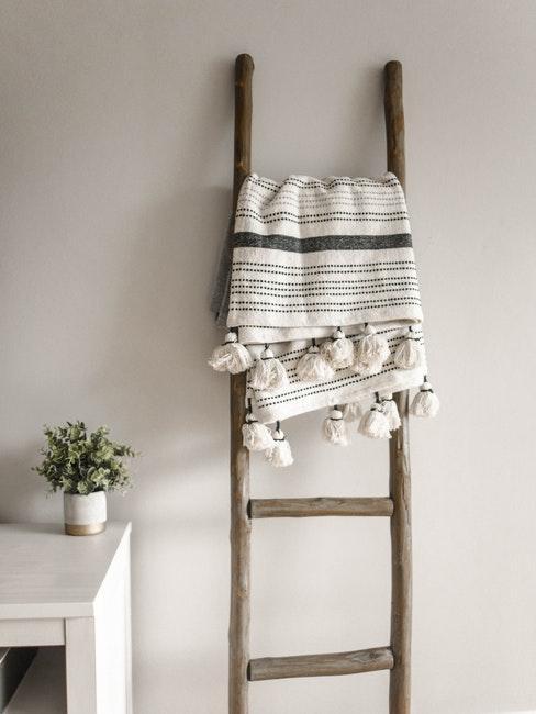 Holzleiter als Deko und Ablage für Decke