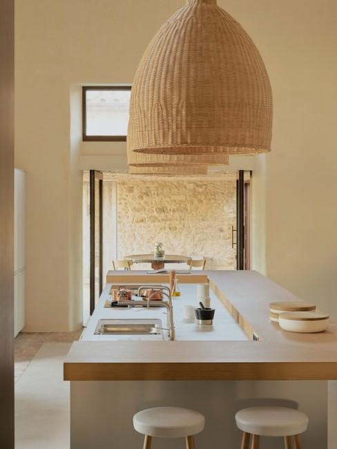 Helle Holzeinrichtung in der Küche