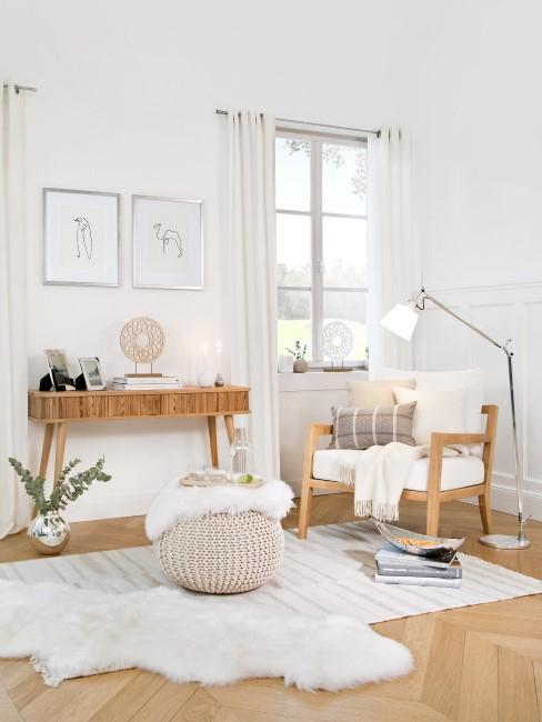 Zimmer im Skandi Stil mit Fell und Holzmöbeln