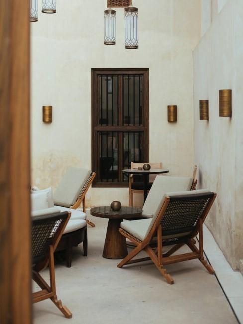 Mediterrane Terrasse mit Gartenmöbeln aus Holz