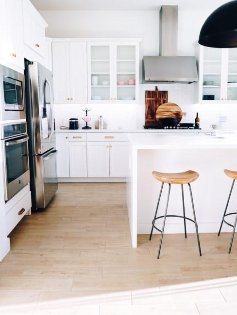 Weiße moderne Küche mit Barstühlen aus Holz