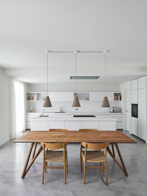 Esstisch aus Holz in einer minimalistischen weißen Küche