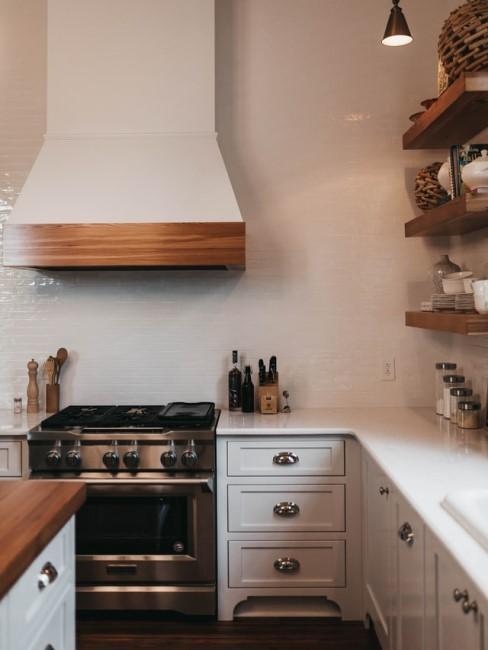 Weiße Küche mit einzelnen Holzregalen