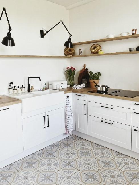 Weiß gestrichene Küche im Landhausstil