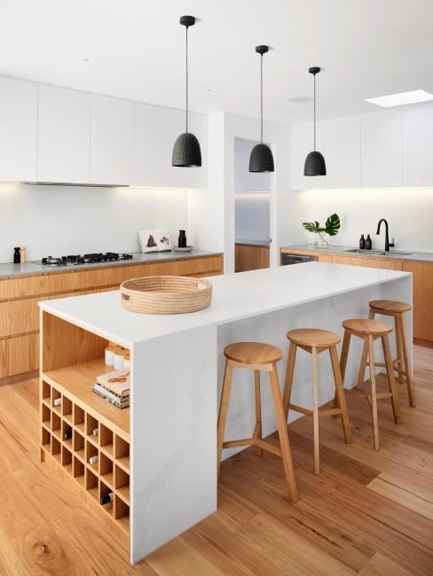 Moderne Holz Küche mit schwarzen Lampen