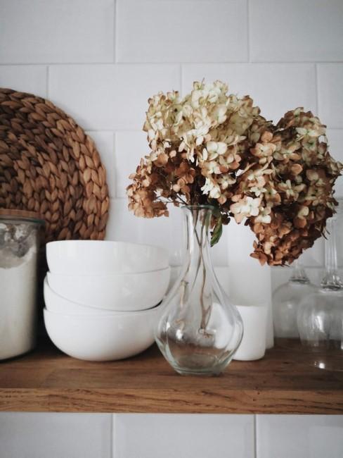 Wandregal mit Vasen und Schalen darauf