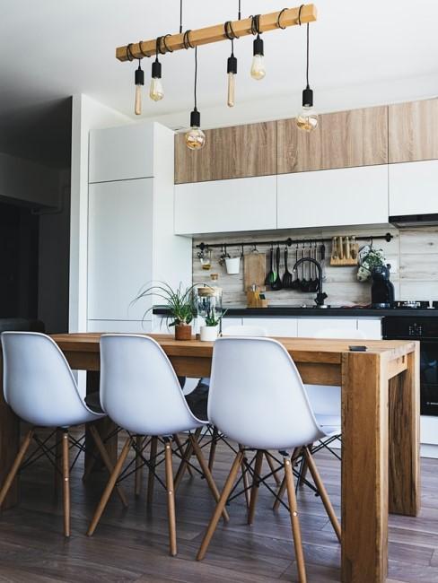 Moderne Küche mit Holz Esstisch