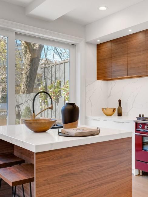 Küchenschränke aus Holz in einer modernen Küche mit Marmor