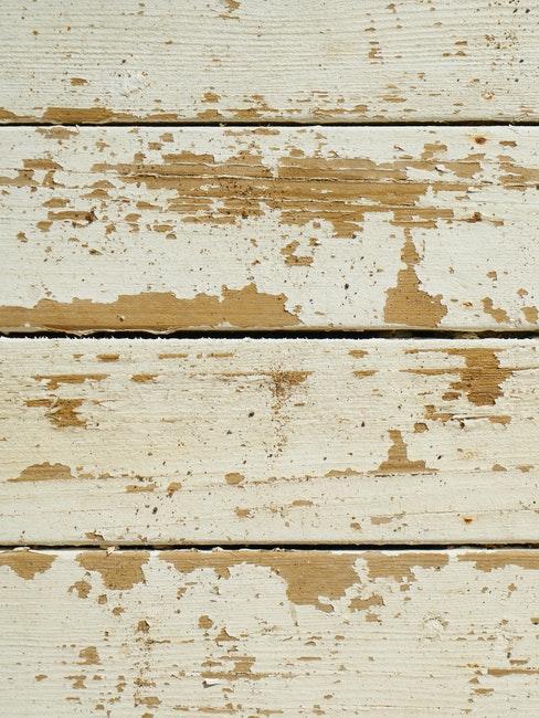 Holz mit abgeblättertem weißen Lack