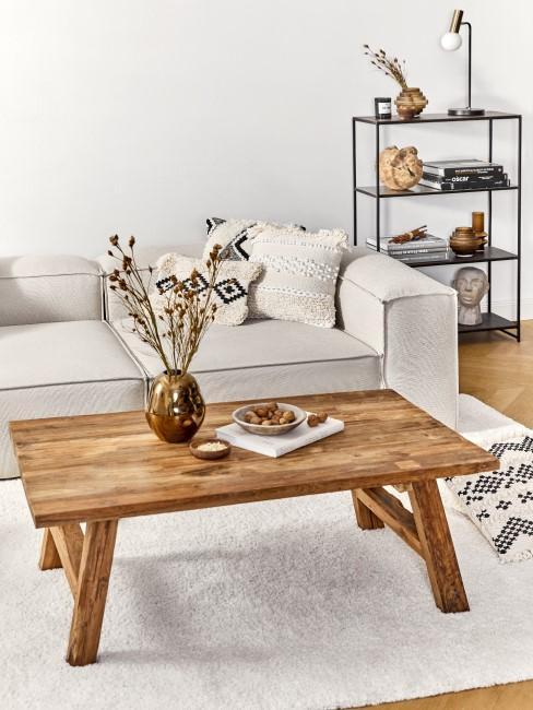 Ein Couchtisch aus Holz im Wohnzimmer
