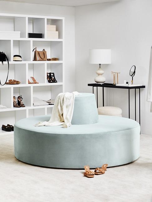 Sitzecke im begehbaren Kleiderschrank