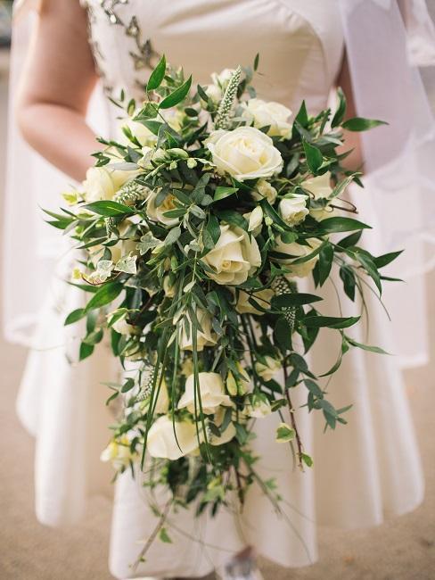 Braut hält Blumenstrauß