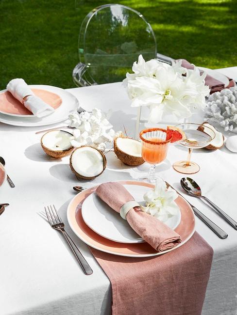 Weiße Blumen für eine sommerliche Tischdeko
