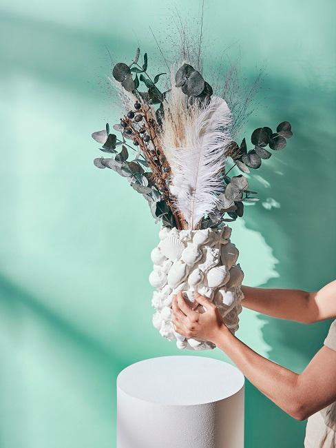 Blumenbouquet in auffälliger Vase