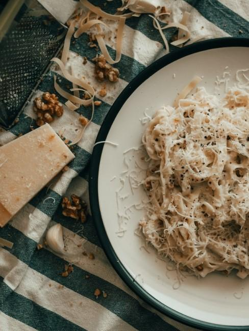 Schön auf dem Teller angerichtete Nudeln mit viel Parmesan