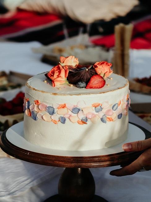 Hochzeitstorte mit Früchten und Farbtupfern