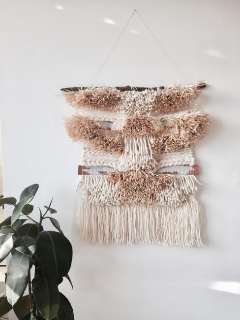 Makramee in Naturfarben hängt an der Wand
