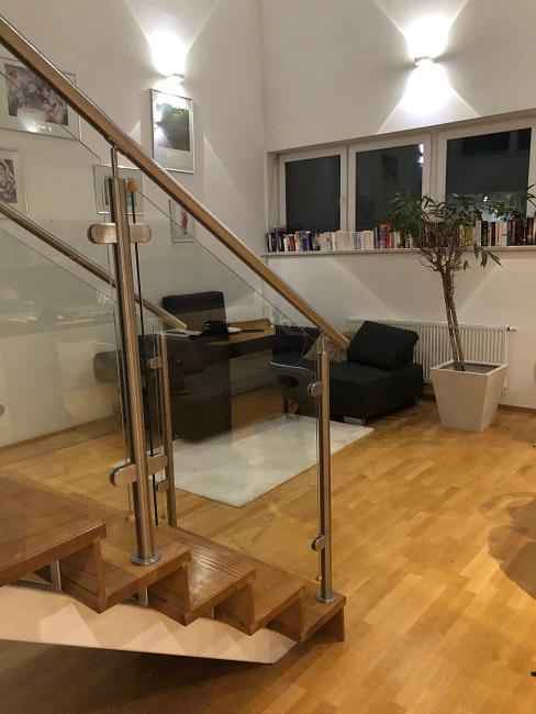 Wohnzimmer mit offener Kueche einrichten Vorher Sofabereich Treppe