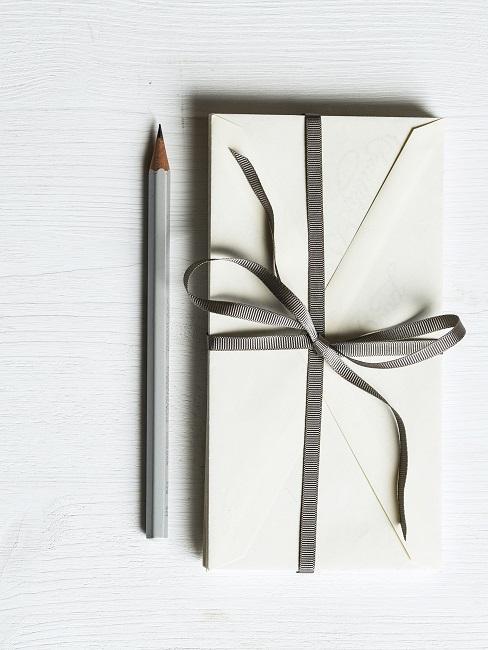 Briefumschlag mit Schleife
