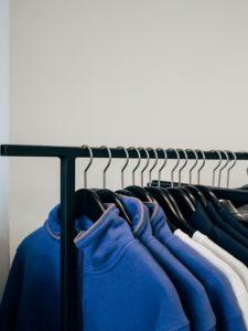 Nachhaltig Leben Kleidung auf Kleiderstaender
