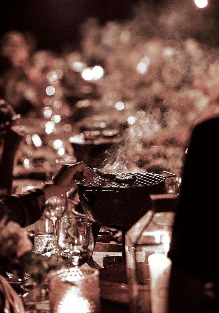 Abendliches Essen in großer Runde