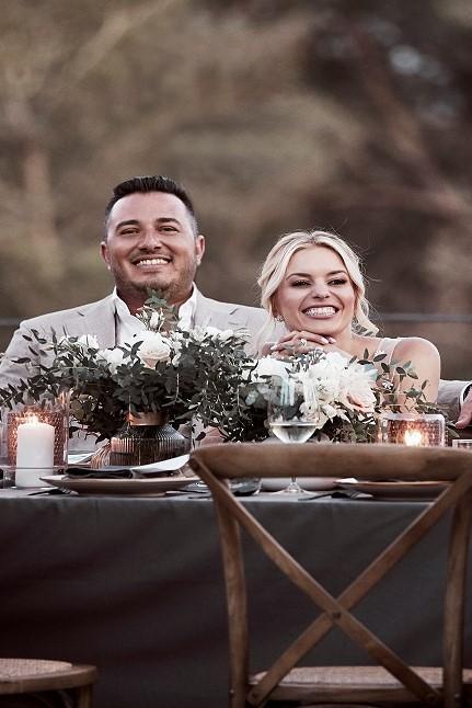 Glückliches Ehepaar am Tisch