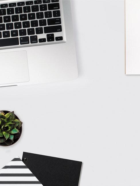 Schreibtisch organisieren mit Pinnwänden