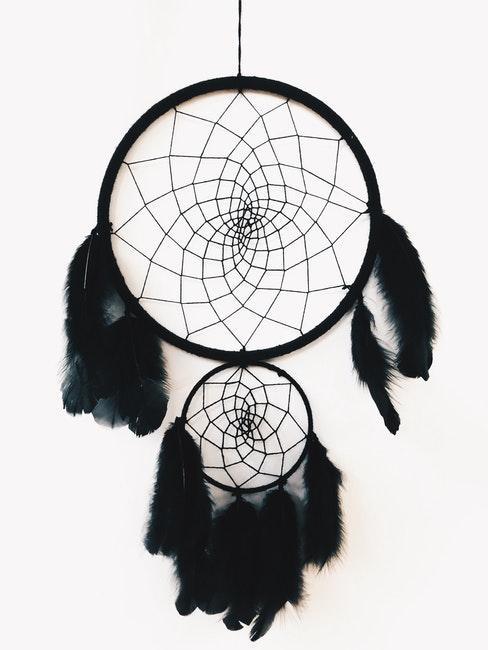 Traumfänger basteln mit schwarzen Federn