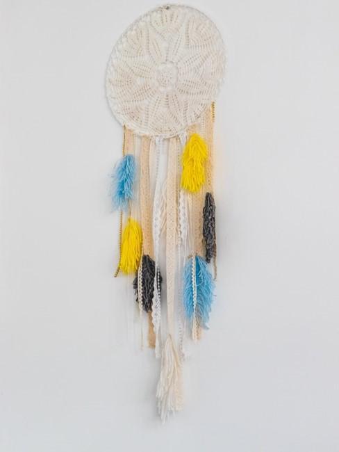 Traumfänger dekorieren mit bunten Federn