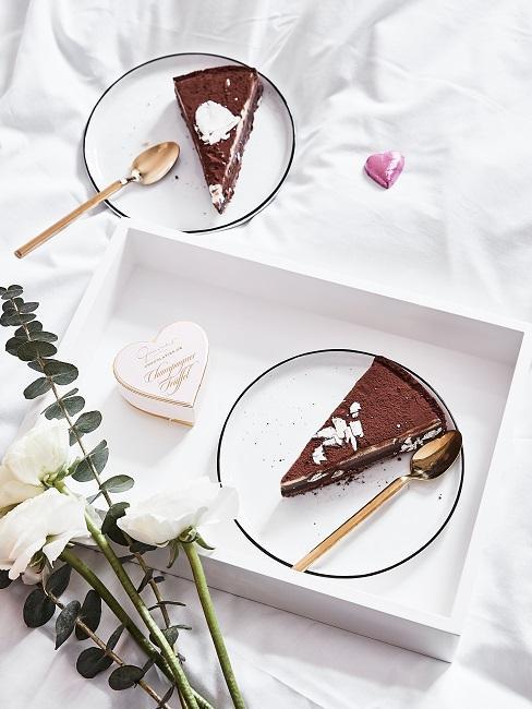 Kuchen auf einem Tablett mit Deko Herzen