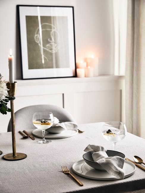 Tischdekoration mit Kerzen für den Valentinstag