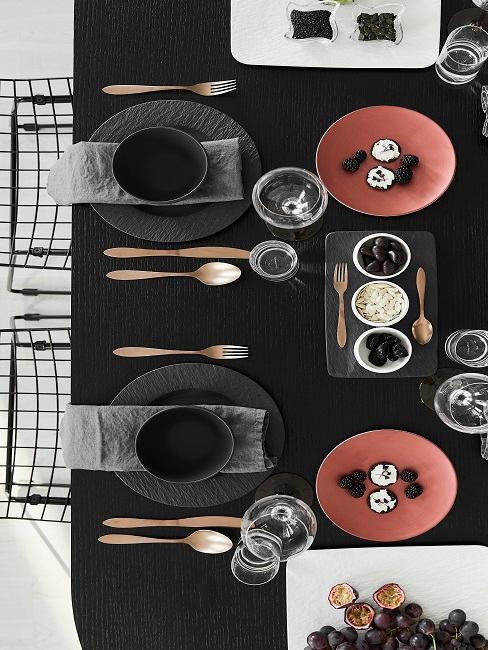 Valentinstag Tischdeko mit goldenem Besteck